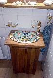Waschbecken in kleinem Holzschränkchen eingelassen